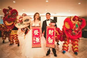 Lucky lions deliver good tidings to the couple.